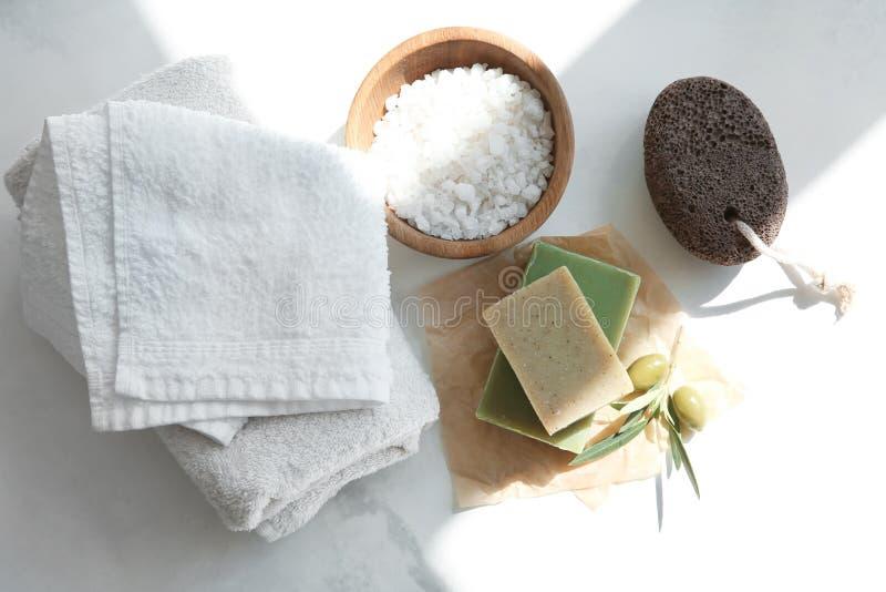Barres de savon naturel avec l'extrait et le sel olives de mer sur la table photos libres de droits