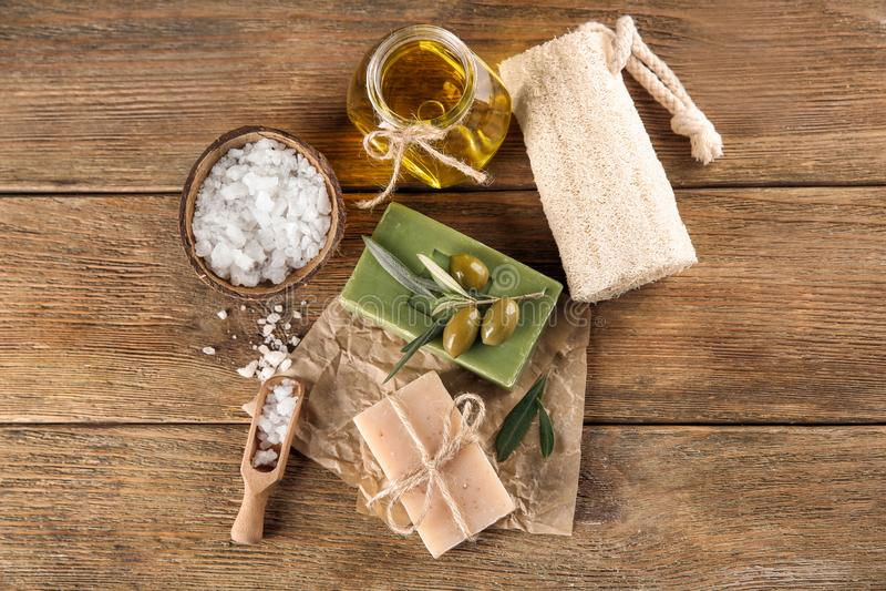 Barres de savon naturel avec l'extrait et le sel olives de mer sur la table images stock