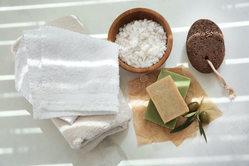 Barres de savon naturel avec l'extrait et le sel olives de mer sur la table image stock