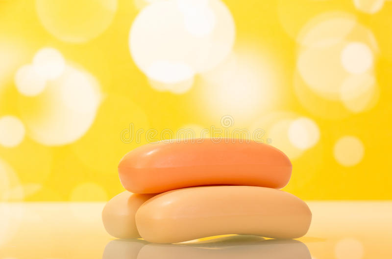 Barres de savon sur le fond jaune images stock