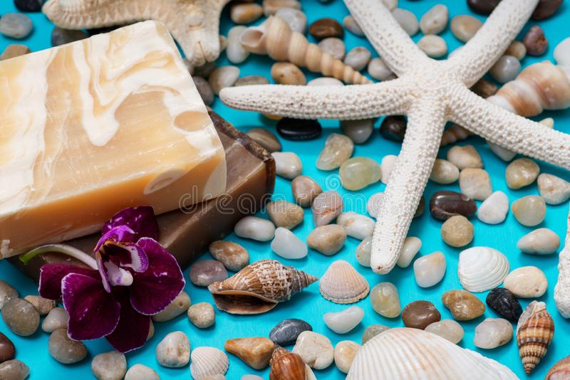 Barres faites main de savon d'amande et d'encens et de Myrrh Goat de lait de hydrater décorées de petits cailloux, étoiles de mer image libre de droits