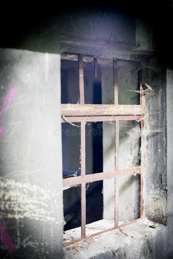 Barres rouillées dans le vieux bâtiment abandonné ruiné photo stock