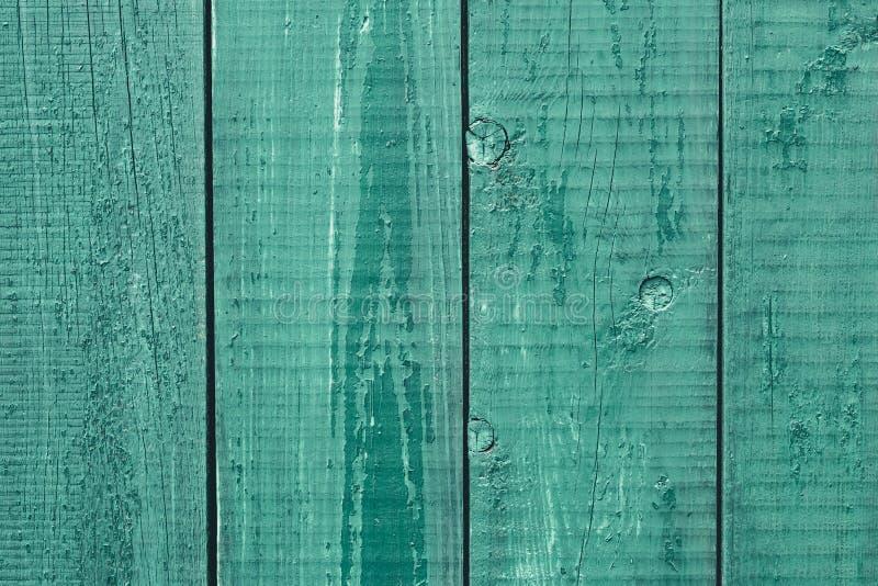 Barres vertes de clôture décantées. Ancienne table en bois peint. Texture du bois rustique. Planches de chêne mouillées. Fond photo stock