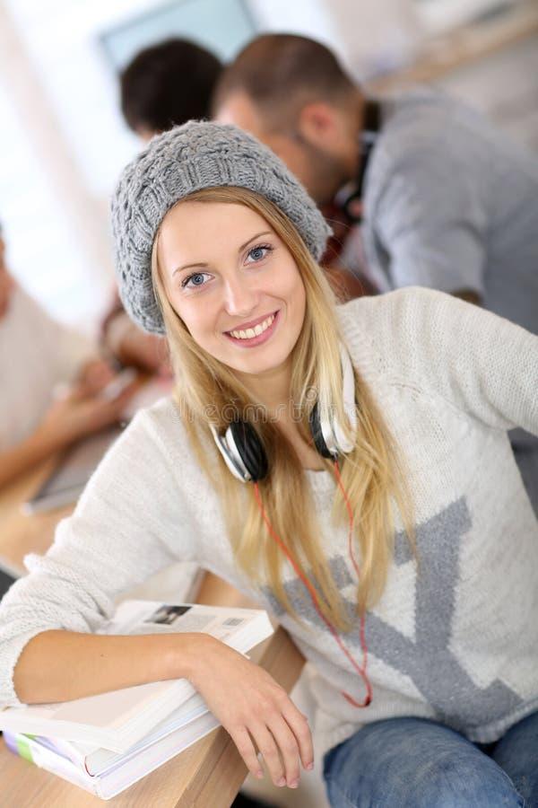 Barret vestindo da menina bonita do estudante imagem de stock royalty free