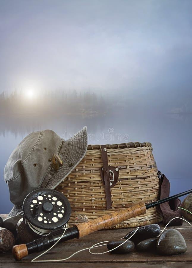 Barretta di mosca con la rastrelliera e l'attrezzatura su legno fotografie stock libere da diritti