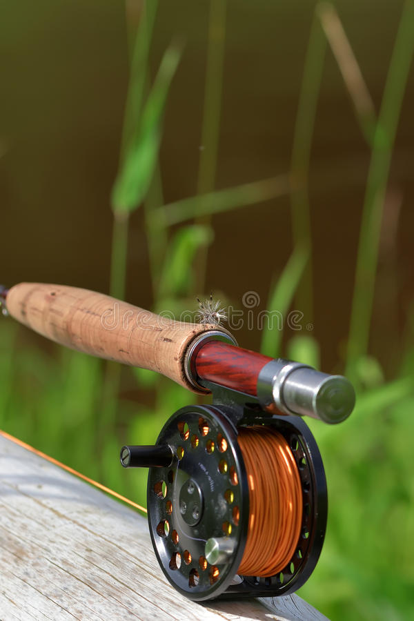 Barretta di pesca con la mosca con la bobina fotografia stock