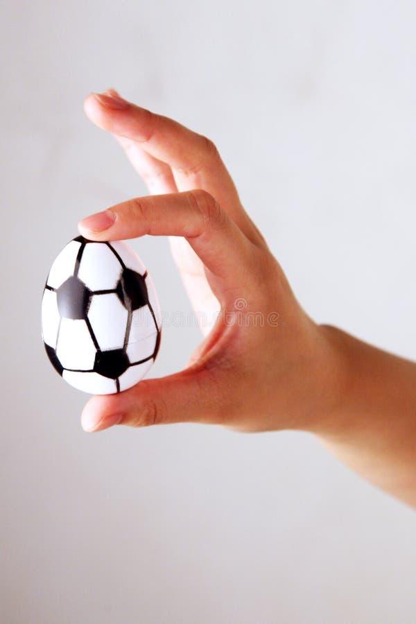 Barrette che tengono l'uovo di Pasqua fotografia stock libera da diritti