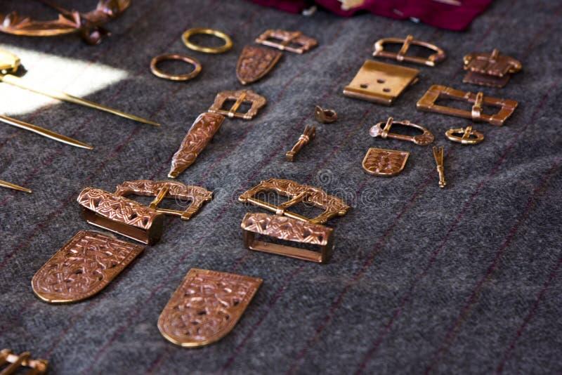Barrettes ethniques de cuivre de bijoux, boucles, broches photographie stock
