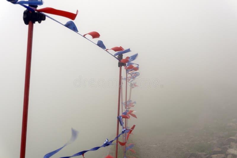 Barriärer med flaggor i en stark vind kasprowy maximum Tatry fotografering för bildbyråer