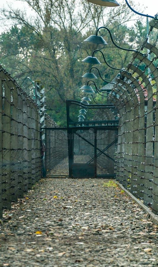 Barrière électrique avec le barbelé au camp de concentration nazi d'Auschwitz à Oswiecim, Pologne, un patrimoine mondial de l'UNE photo stock
