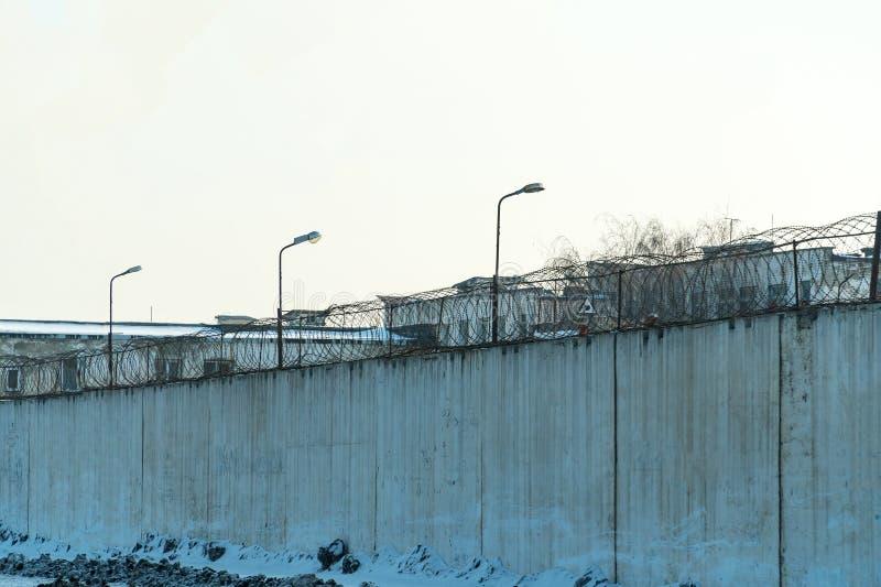 Barrière avec le barbelé, endroit de détention photo stock