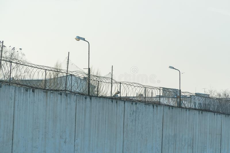 Barrière avec le barbelé, endroit de détention photographie stock libre de droits