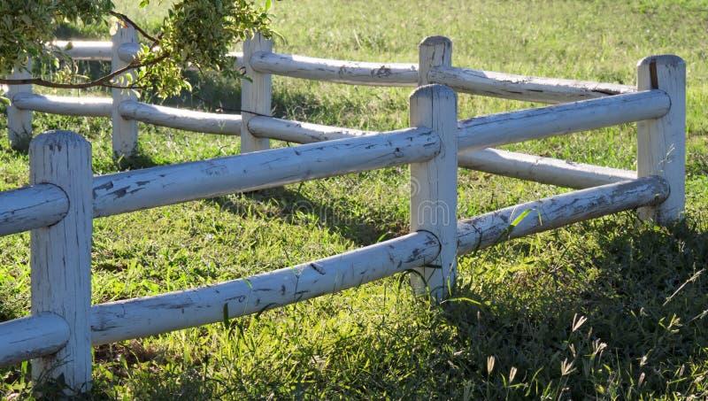 Barrière blanche de jardin photographie stock libre de droits