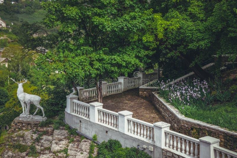 Barrière blanche en parc, statue des cerfs communs image libre de droits