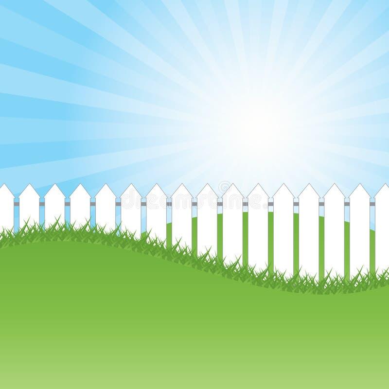 Barrière blanche et herbe verte sur le fond de ciel bleu illustration libre de droits