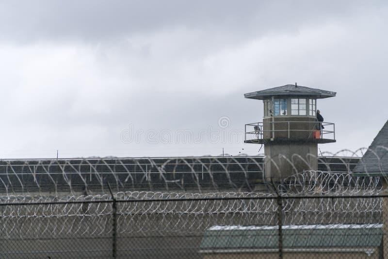 Barrière Boundary Federal Prison de Tower Barbed Wire de garde photographie stock libre de droits