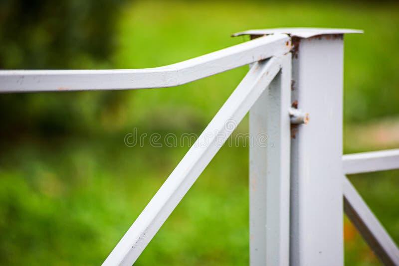 Barrière coudée en métal Concept du vandalisme photographie stock
