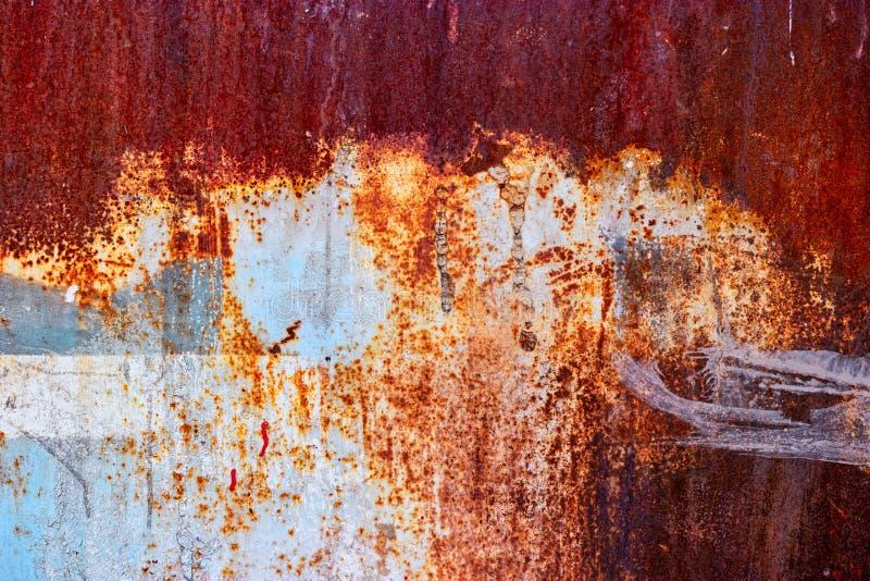 Barrière d'usine d'Adandoned - la moitié a peint la feuille rouillée photographie stock libre de droits