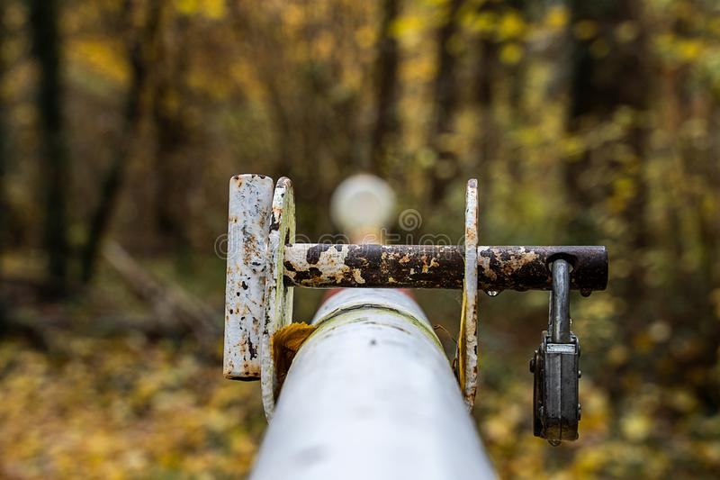 Barrière dans la forêt avec une serrure rouillée images stock