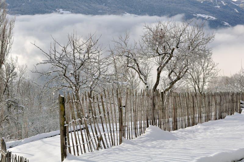 Barrière dans le jardin neigeux images stock