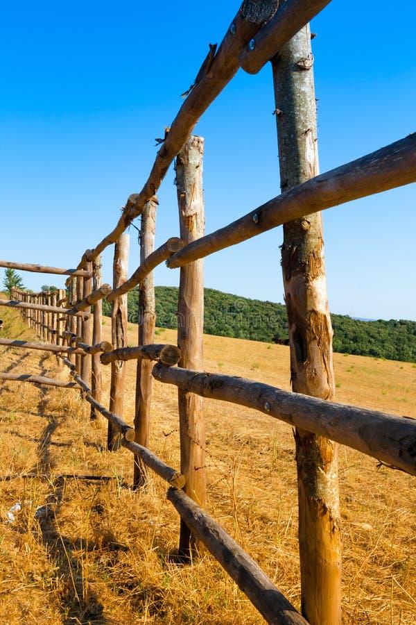 Barrière dans le pays de maremma en Toscane, Italie photos stock