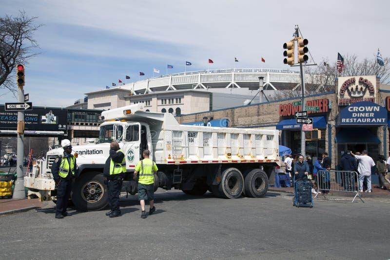 Barrière de camion de sable d'hygiène utilisée pendant s'ouvrir de Yankee Stadium photographie stock libre de droits