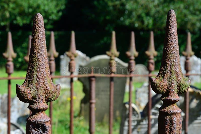 Barrière de cimetière avec des transitoires photos libres de droits