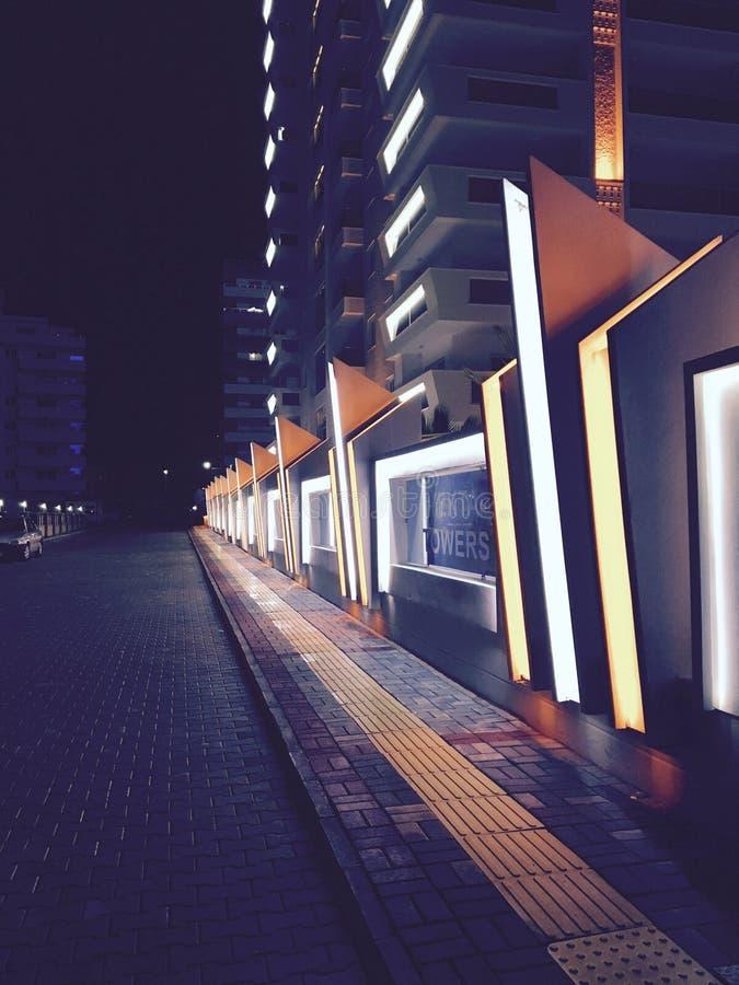 Barrière de construction de routes de nuit images stock
