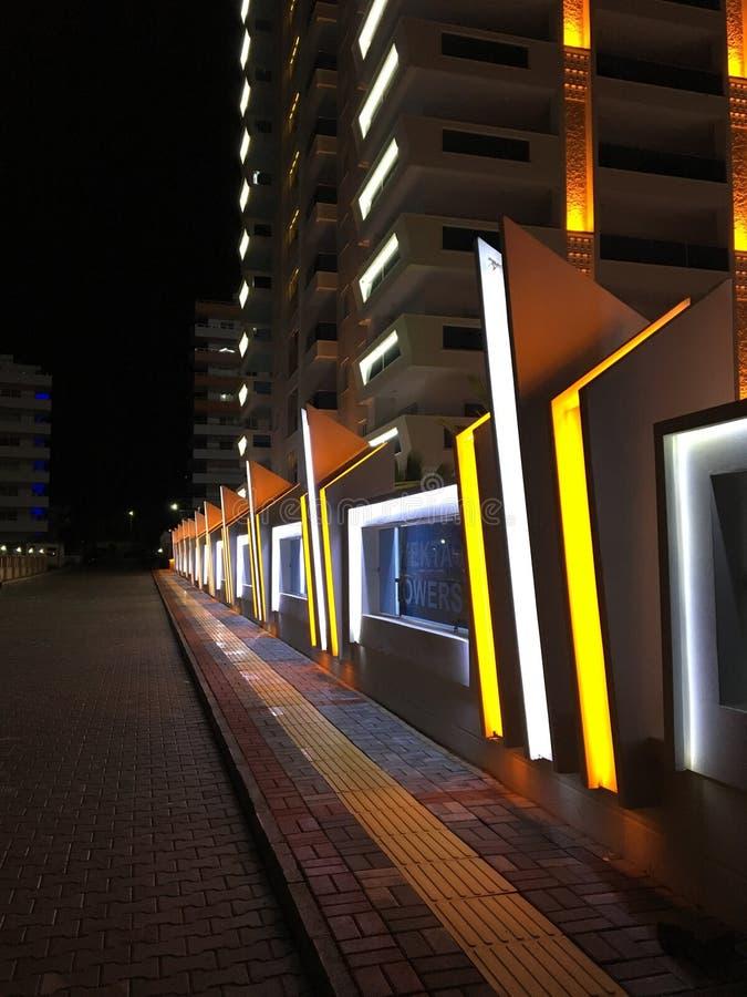 Barrière de construction de routes de nuit photographie stock libre de droits
