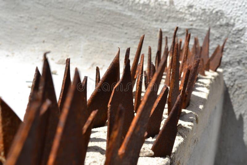 Barrière de fer avec un fond gris photos stock