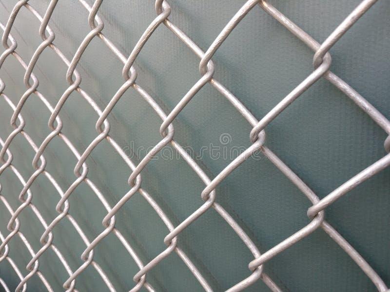 Barrière de maillon de chaîne avec le fond vert images libres de droits