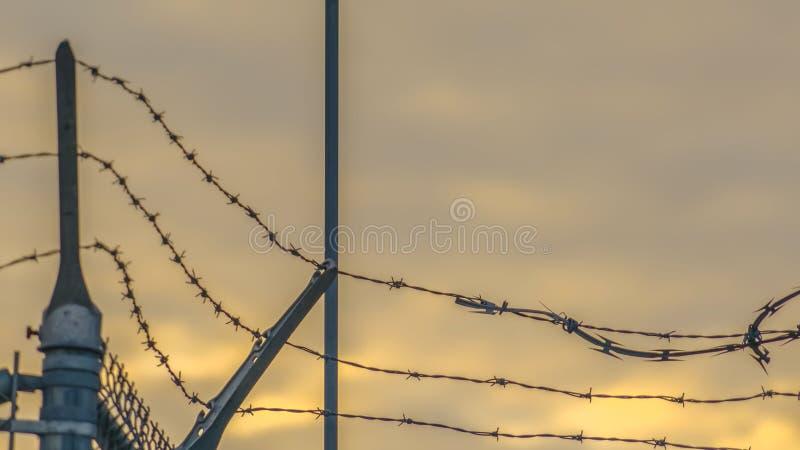 Barrière de maillon de chaîne de panorama avec le barbelé fixant une centrale en vallée de l'Utah photographie stock libre de droits