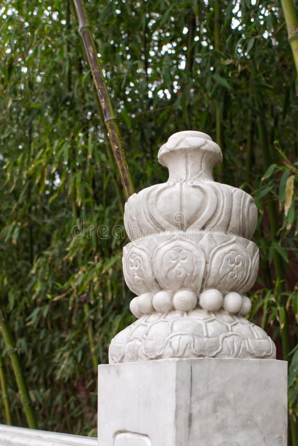Barrière de marbre antique le long des chemins à feuilles persistantes dans une forêt en bambou en parc de Jingshan photo stock
