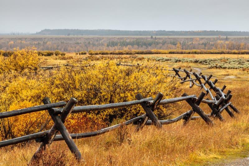 Barrière de rail et couleurs d'automne image libre de droits