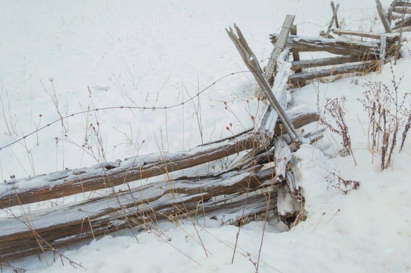 Barrière de rail rustique de cèdre de zigzag avec le saupoudrage de neige photographie stock