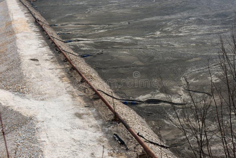 Barrière de rebut de lac Résiduels souillés d'exploitation de mine photos stock
