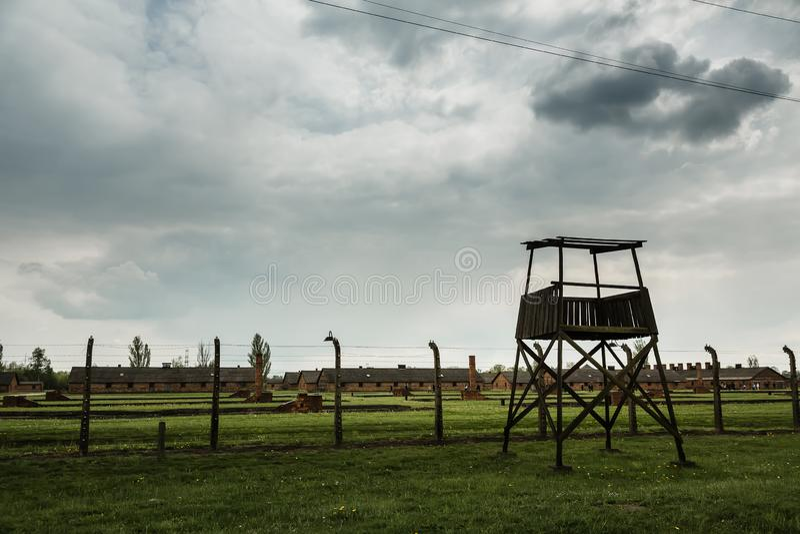 Barrière de tour de guet et de barbelé, Auschwitz II photos libres de droits