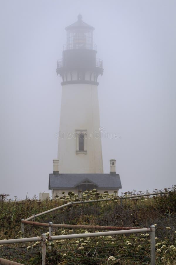Barrière de zig-zag, phare brumeux de tête de Yaquina image libre de droits