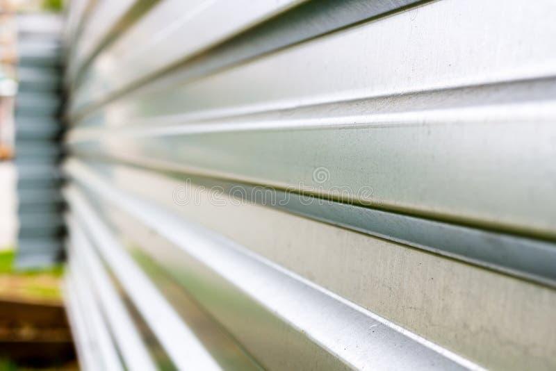 Barrière de zinc à un chantier de construction dans la perspective images stock