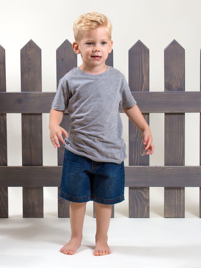Barrière debout de garçon heureux adorable photos libres de droits