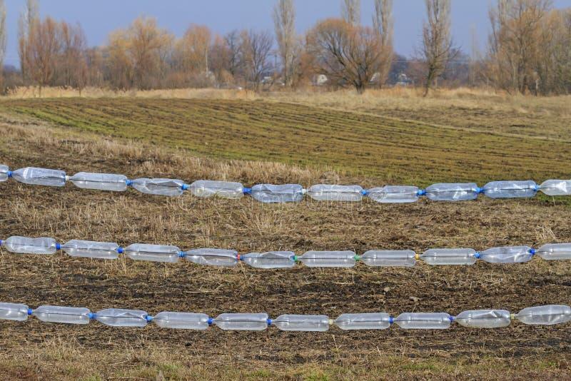 Barrière des bouteilles en plastique image libre de droits