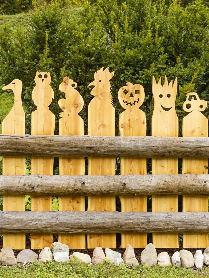 Barrière des figurines en bois de fait main photos stock