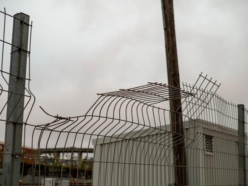 Barrière en acier coudée, climbable un jour nuageux dans le milieu urbain photographie stock libre de droits