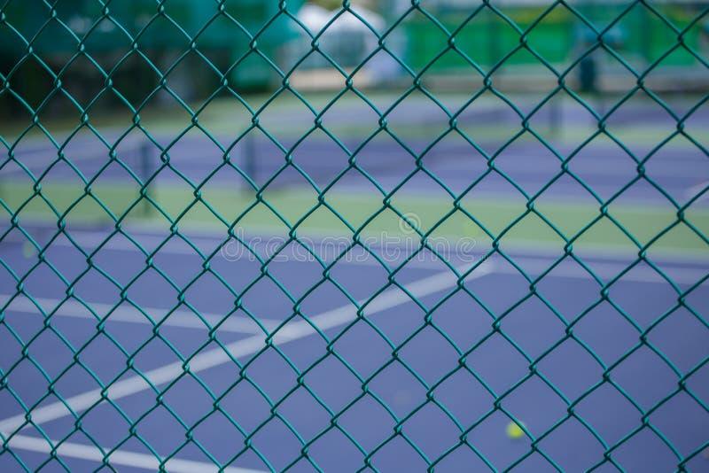 Barrière en acier de maille des courts de tennis photos libres de droits