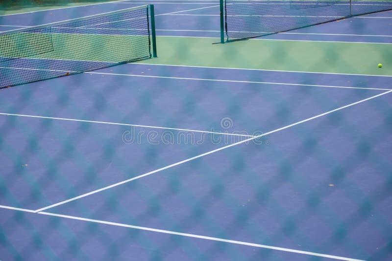 Barrière en acier de maille des courts de tennis photo stock