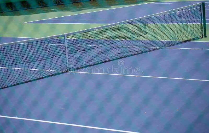 Barrière en acier de maille des courts de tennis photographie stock libre de droits