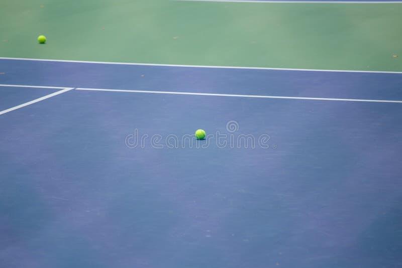 Barrière en acier de maille des courts de tennis images libres de droits