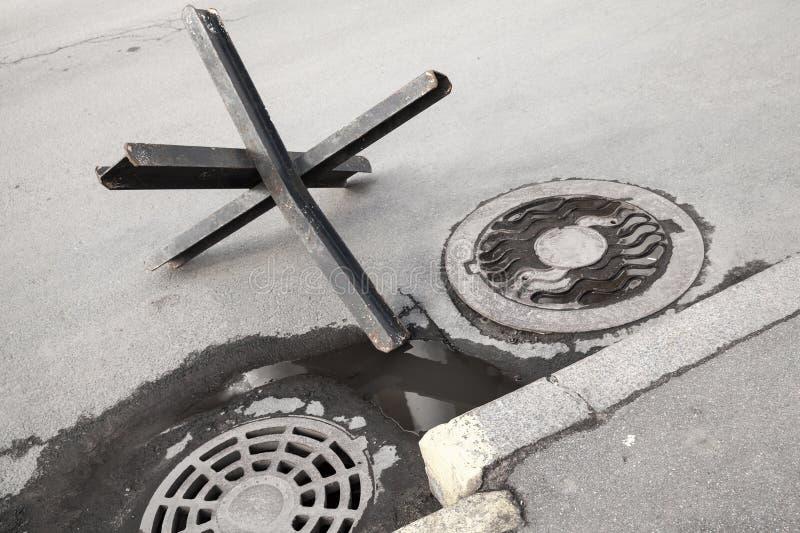 Barrière en acier noire de rue sur la voie urbaine d'asphalte photo stock