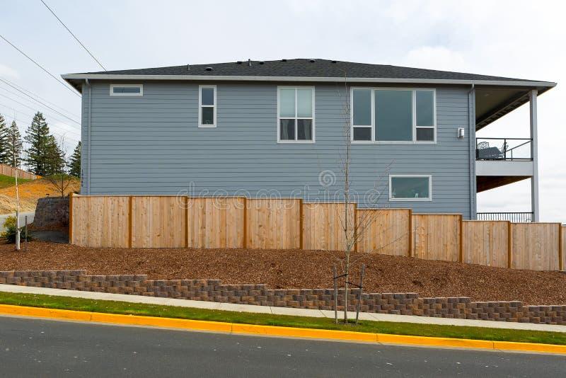 Barrière en bois Around House de nouveau jardin dans le secteur suburbain photographie stock
