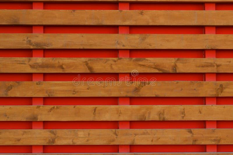 Barrière en bois avec les panneaux horizontaux de fond rouge image stock